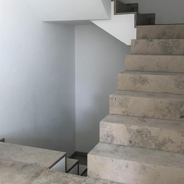 Natursteintreppe aus Blockstufen auf Gehrung